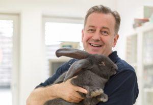 Tierarzt Dr. Thomas Göbel mit Riesen